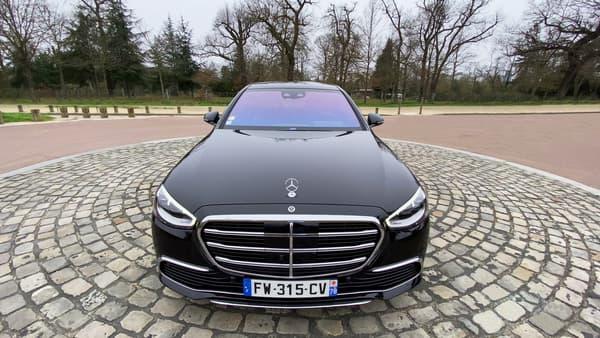 La Mercedes Classe S, ici en version limousine, reste une référence du luxe automobile.