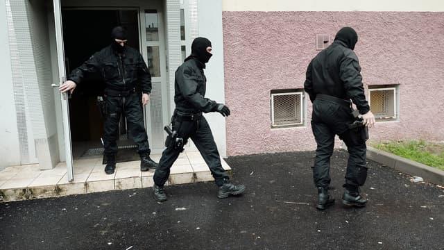 Trois membres du Raid lors de l'arrestation de Français suspectés de s'être rendus en Syrie, le 13 mai 2014 à Strasbourg.