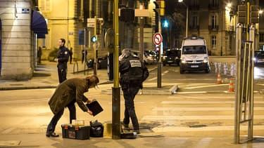 Des policiers collectent les indices sur le lieu de l'incident.