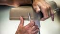 Un employé d'usine travaillant sur une plaque de céramique (image d'illustration)