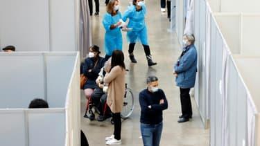 Soignants et personnes venant se faire vacciner contre le Covid-19 dans le centre de vaccination d'Ile-de-France à Paris, le 6 mars 2021