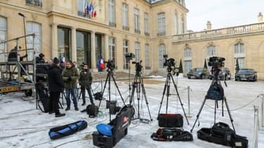 Des journalistes dans la cour de l'Elysée à Paris, le 8 février 2018