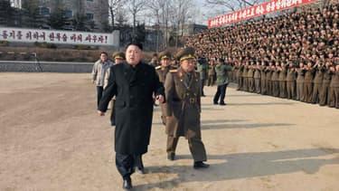 Le leader de la Corée du Nord Kim Jong-Un inspectant l'armée populaire