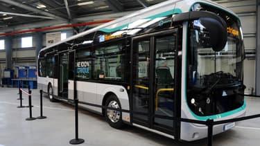 Dix des bus Bolloré pourront être rechargés par un pantographe (bras articulé au-dessus du bus) qui se déploiera au terminus de la ligne. Dix autres seront alimentés par simple prise électrique.