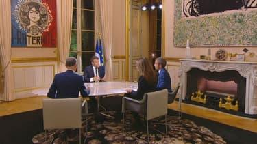 Sur la cheminée de son bureau de l'Elysée, Emmanuel Macron aurait placé sa voiture miniature d'une Simca Chambord 1958.