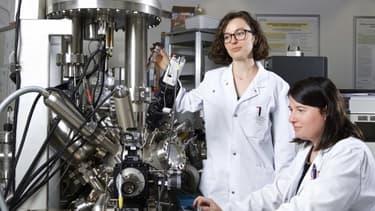 Juliette Billaud, co-première auteur de l'étude, et Claire Villevieille, cheffe du groupe Matériaux pour batteries à l'Institut Paul Scherrer PSI.