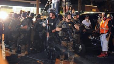 Les policiers se tiennent prêts à intervenir lors d'une manifestation à Ferguson, dans le Missouri, le 19 août 2014.