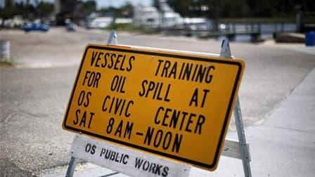 Sur le port d'Ocean Springs, Mississippi, un panneau invite les propriétaires de bateaux volontaires à participer à une formation pour prendre part à la lutte contre la marée noire. Les ingénieurs du groupe pétrolier BP continuaient dimanche d'étudier les