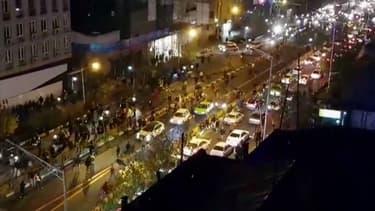 Une image tirée d'une vidéo postée par l'agence Iran's Mehr News, montrant des hommes marcher dans la rue le 30 décembre 2017