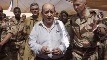 Le retrait des forces françaises déployées au Mali dans le cadre de l'opération Serval s'étalera sur plusieurs mois à partir d'avril, selon le ministre de la Défense Jean-Yves Le Drian (au centre), ici à Gao. /Photo prise le 7 mars 2013/REUTERS/Joe Penney