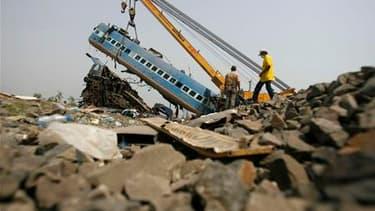 Les restes du train express Bombay-Calcutta qui a déraillé vendredi dans l'est de l'Inde. Le bilan du déraillement, imputé par les autorités à un sabotage de la rébellion maoïste, s'est alourdi samedi à près de 100 morts. /Photo prise le 29 mai 2010/REUTE