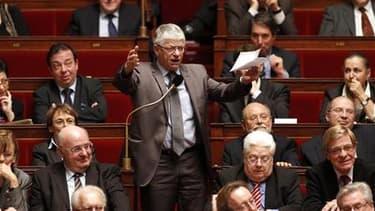 Le député Maxime Gremetz (au centre), un ancien communiste, a officiellement démissionné mardi de son siège de député de la première circonscription de la Somme, après son exclusion le 12 avril de son groupe à l'Assemblée nationale. /Photo prise le 12 jan