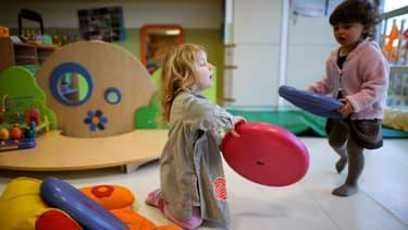 Des enfants jouent dans une crèche parentale à Paris, le 6 avril 2010. Photo d'illustration.