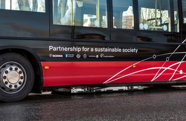 La recharge des batteries de l'autobus s'effectue grâce à un dispositif placé sous son châssis.