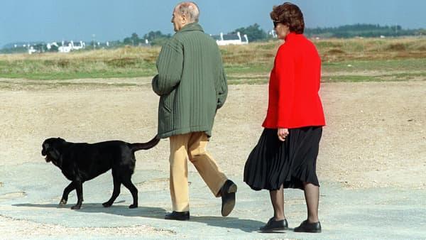 François Mitterrand et sa femme Danielle se promène avec leur chienne Baltique, sur la plage en 1994 à Belle-Ile, en Bretagne.