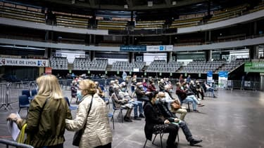 Des personnes attendent dans le Palais des sports de Lyon (France), transformé en centre de vaccination, le 29 mars 2021
