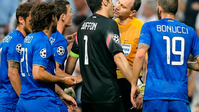 Real Madrid-Juventus : Buffon et l'arbitre très proches !
