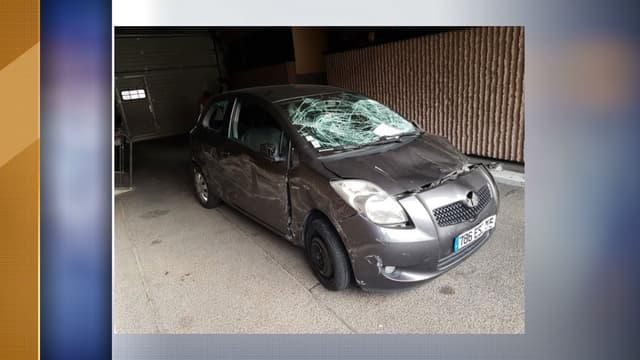 La voiture qui a foncé sur les policiers.