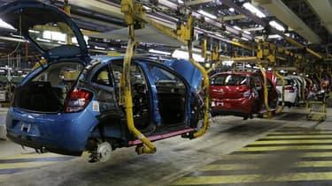 Le coup d'envoi de la restructuration chez PSA Peugeot Citroën a été retardé d'au moins une semaine en raison d'une nouvelle action en justice contre le plan social. /Photo d'archives/REUTERS/Jacky Naegelen