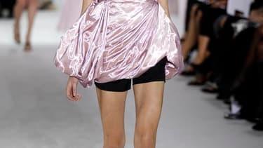 Pour sa première collection de prêt-à-porter Dior, le nouveau directeur artistique, Raf Simons, a dévoilé un vestiaire court et épuré. Il s'est amusé notamment à déconstruire la pièce incontournable qu'est l'emblématique veste Bar, en proposant des variat