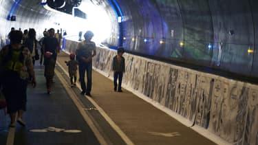 Des personnes marchant dans le tunnel de la Croix-Rousse (photo d'illustration)