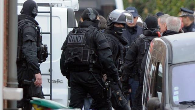 Les policiers du RAID préparent l'assaut au domicile de Mohamed Merah le 22 mars 2012 à Toulouse