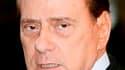 Les quatre partisans de Gianfranco Fini au sein du gouvernement italien ont démissionné, fragilisant la position de Silvio Berlusconi. Ces défections n'entraîneront pas automatiquement la chute de l'équipe gouvernementale mais viennent compliquer encore l