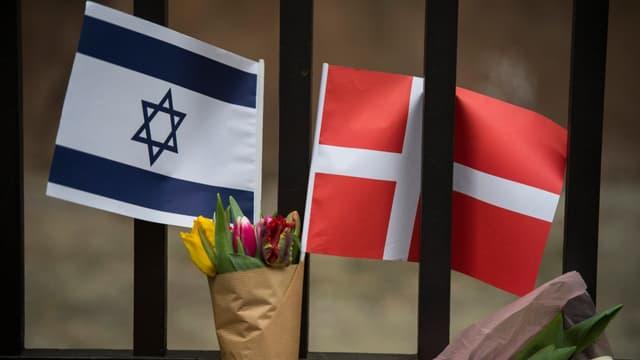 Un drapeau israélien au côté du d'un drapeau danois après l'attentat à Copenhague en 2015 (PHOTO D'ILLUSTRATION)