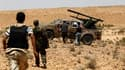 Combattants rebelles se préparant à tirer une roquette près de la ligne de front au sud de la ville de Bir Ghanam. D'intenses combats ont eu lieu samedi sur les hauteurs du Djebel Nefoussa, entre l'armée régulière libyenne et les insurgés, qui cherchent à