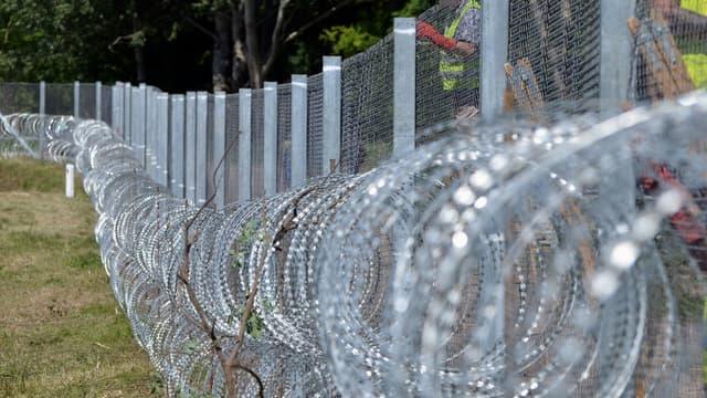 La construction de la clôture anti-migrants entre la Hongrie et la Serbie, à Asotthalom, le 31 mai 2016
