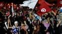 Au lendemain d'une manifestation de soutien au parti islamiste Ennahda au pouvoir ayant réuni plusieurs dizaines de milliers de personnes à Tunis (photo), un activiste islamiste a été tué dimanche par la police à Tunis et plusieurs autres ont été arrêtés