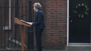 Theresa May devant sa résidence.