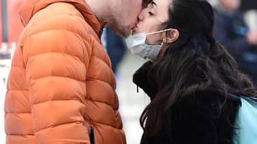 Un couple en train de s'embrasser à Milan, en Italie, le 8 mars 2020