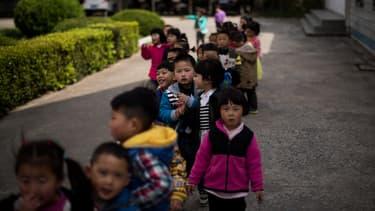 Des enfants dans une cour d'école de la province de Jiangsu, en avril 2015
