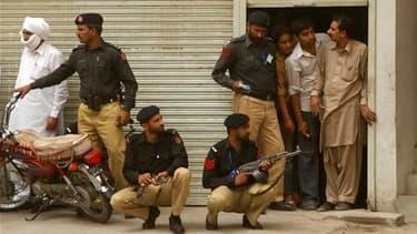 Forces pakistanaises près dela mosquée de Garhi Bhutta, à Lahore. De présumés taliban pakistanais ont attaqué deux mosquées de la secte minoritaire musulmane des ahmadis vendredi à l'issue de la grande prière hebdomadaire à Lahore, faisant au moins 70 mor