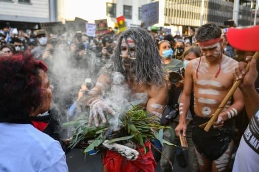 Des manifestants participent à une  cérémonie traditionnelle  abrigènes, pendant la manifestation contre le racisme à Sydney, le 6 juin 2020