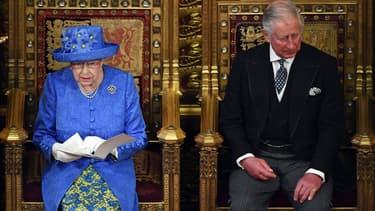 La reine Elizabeth II aux côtés du Prince Charles, lors de son discours d'ouverture du Parlement britannique, le 21 juin 2017 à Londres.