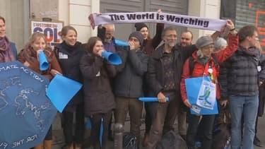 Dix milles personnes forment une chaîne humaine à Paris, pour dénoncer l'urgence climatique.