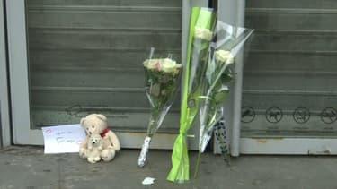 Des fleurs déposées devant le centre commercial à Argenteuil