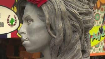 Une statue grandeur nature de la chanteuse Amy Winehouse a été dévoilée dimanche à Londres.