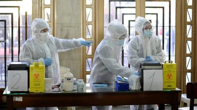 Des infirmiers se préparent à administrer le vaccin russe Spoutnik V contre le Covid-19, à la faculté de médecine de l'Université San Andres (UMSA) à La Paz, le 27 avril 2021 (photo d'illustration)
