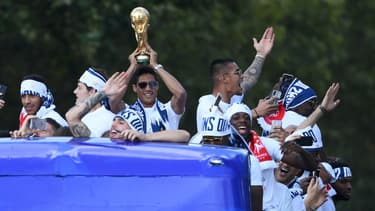 Raphaël Varane à Paris le 16 juillet 2018, le trophée de la Coupe du Monde dans les mains