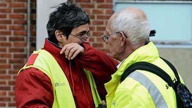Le personnel de l'aéroport de Bruxelles, choqué, a été escorté par la police hors du bâtiment après la double explosion terroriste le 22 mars 2016.