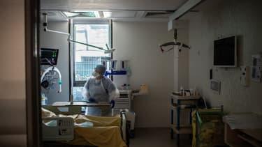 Un médecin discute avec un patient infecté par le Covid-19, dans l'unité de soins intensifs de l'hôpital Saint-Louis, à Paris, le 28 mai 2020