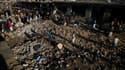 A Quetta, dans l'ouest du Pakistan, au lendemain d'un attentat à la bombe commis dans le grand bazar de la ville. Le bilan de cette attaque s'est alourdi à 80 morts et pourrait encore s'aggraver, a déclaré dimanche un haut responsable des services de sécu