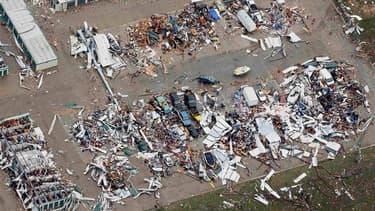 Vingt-quatre heures après le passage d'une tornade dévastatrice qui a tué 24 personnes à Moore dans la banlieue d'Oklahoma City aux Etats-Unis, les recherches se poursuivent dans un champ de ruines pour tenter de retrouver d'éventuels survivants. /Photo p