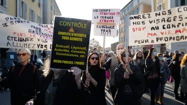 Des manifestants contre les mesures du gouvernement pour lutter contre le Covid-19 dans les rues de Nice, le 14 novembre 2020.