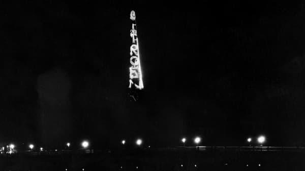 La Tour Eiffel avec le nom Citroën illuminé dans les années 20.