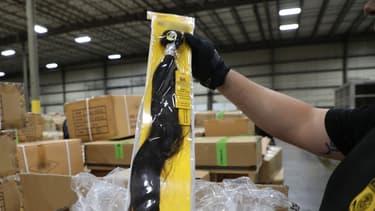 es douanes américaines ont annoncé mercredi avoir intercepté une cargaison de produits à base de cheveux humains, suspectés d'avoir été conditionnés dans des camps de travail de la région chinoise du Xinjiang.