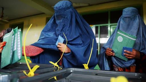 Des Afghanes déposent leur bulletin dans un bureau de vote à Kaboul en Afghanistan le 5 avril 2014.